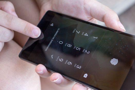 Truco para usar el lector de huellaen tu móvil con los guantes puestos